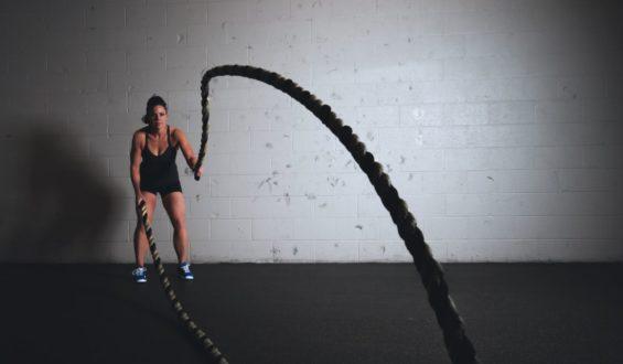 Czy warto stosować batony proteinowe i napoje izotoniczne?